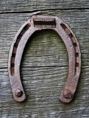 Pourquoi les fers à cheval sont considérés comme des porte-bonheurs