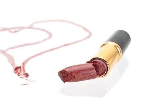 3 astuces pour réparer un rouge à lèvres cassé