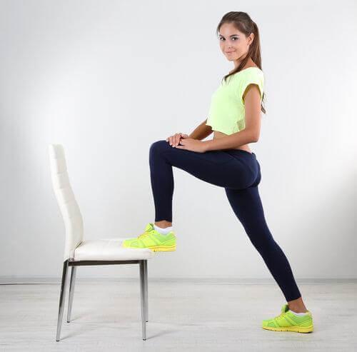 sport chez vous : faire du step avec une chaise