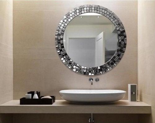 idées déco : des miroirs dans la salle de bains