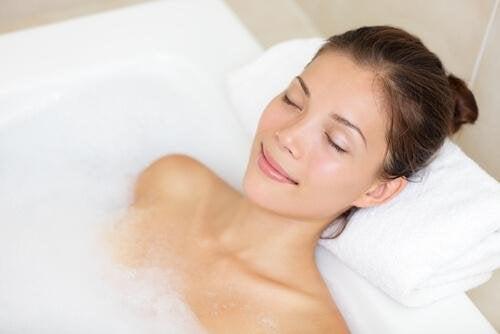 un bain chaud contre le mal de tête léger