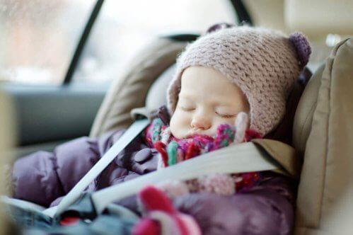 bébé qui dort dans son siège auto