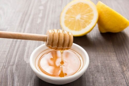 الماء مع العسل والليمون هو واحد من المشروبات لتهدئة التهاب الحلق