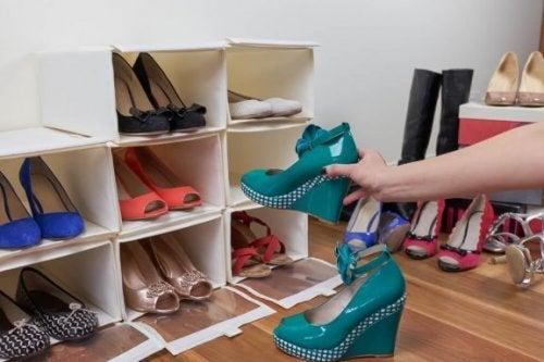 Créez vos propres étagères à chaussures grâce à 2 matériaux de base