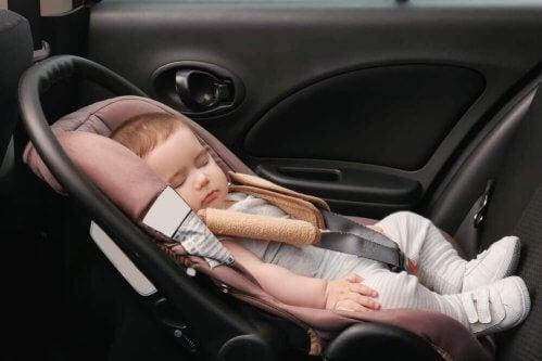 bébé qui dort dans le siège auto