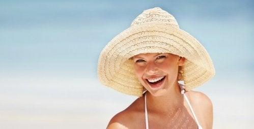 éviter les taches sur le visage en se protégeant du soleil