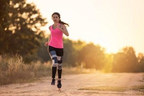 Une femme fait de l'exercice