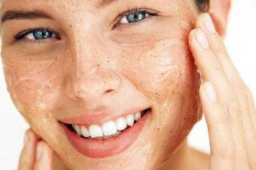 femme qui utilise un exfoliant pour une peau saine et douce
