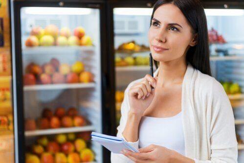 femme faisant sa liste de courses et suivant un régime sans gluten