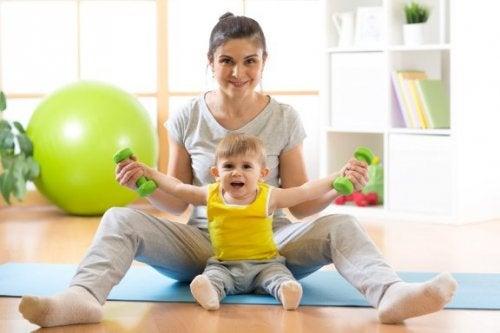 Comment appendre à votre bébé à s'asseoir