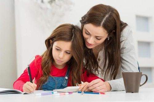 mère qui aide à sa fille à prévenir la fatigue scolaire