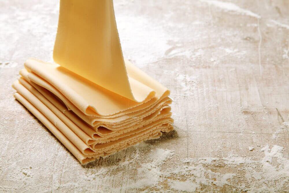 les couches de pâte feuilletée du millefeuille