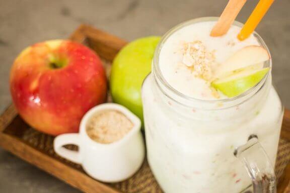 Milk-shake à l'avoine et à la pomme pour un coeur en bonne santé
