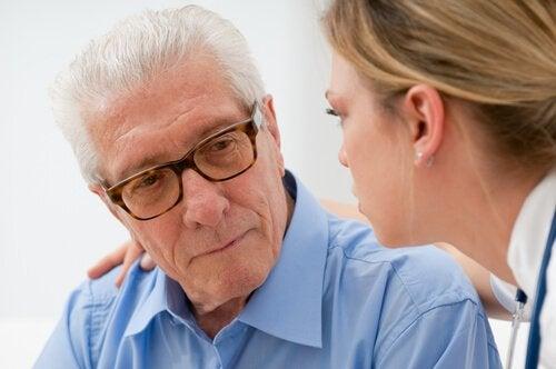 comment aider une personne âgée souffrant d'une maladie ?