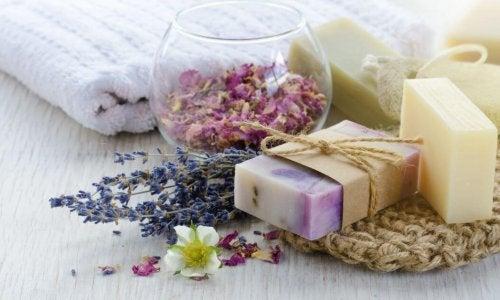 savons à la glycérine avec des pétales de fleurs