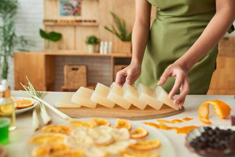 Des savons à la glycérine décoratifs et aromatiques