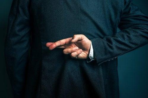 une personne qui met ses bras et ses mains derrière son dos fait partie des signaux du mensonge