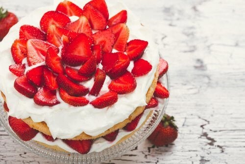 Recette de gâteau aux fraises avec de la crème sans sucre