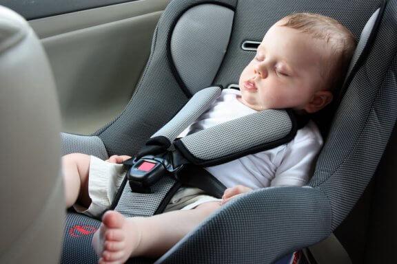 Pourquoi ne faut-il pas laisser votre bébé dormir dans le siège auto ?