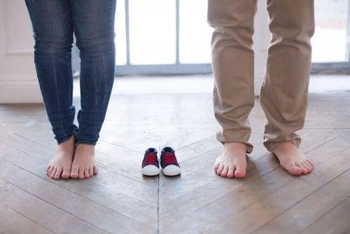 Les chaussures pour bébé peuvent être une bonne idée d'annonce de grossesse