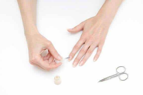 Comment mettre du vernis sans se tacher les doigts ?