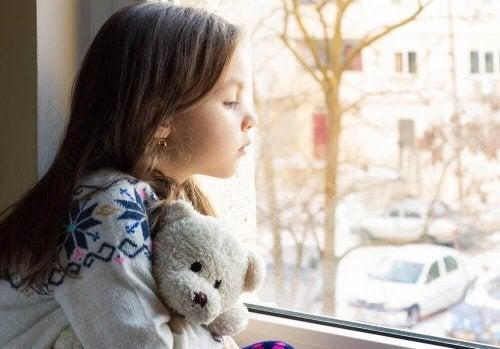 Une enfant triste car elle ne sait pas reconnaître un bon ami