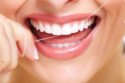 le nettoyage inter-dentaire pour une bonne santé dentaire