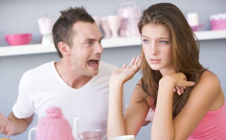 réaction violente d'un manipulateur face à sa compagne