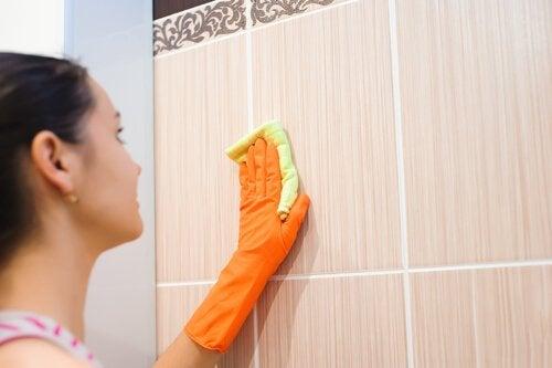 laver les carreaux des murs