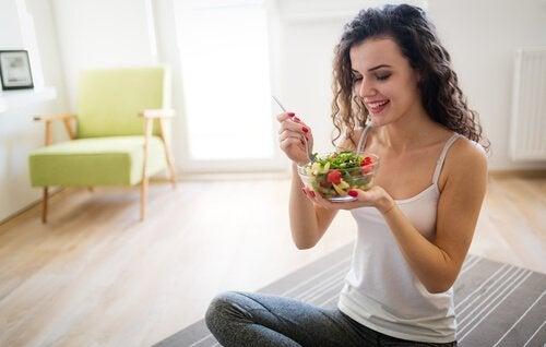 Manger sainement et lentement pour éviter les brûlures d'estomac