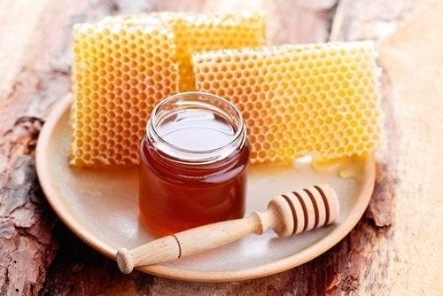 Miel d'abeille sur une assiette