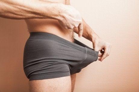 homme complexé par son petit pénis