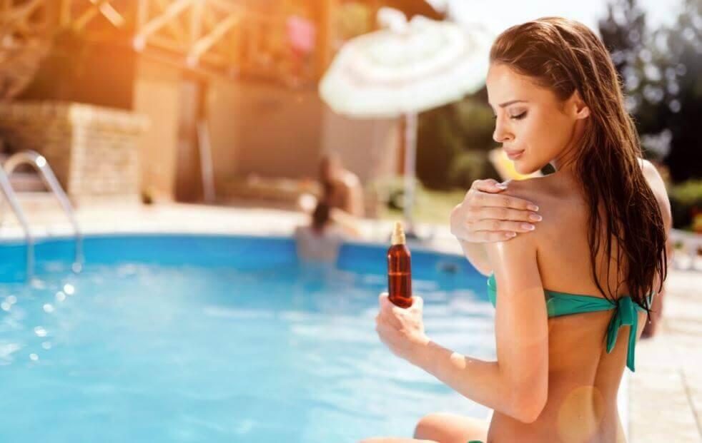 utiliser une bonne crème solaire pour protéger et retendre la peau