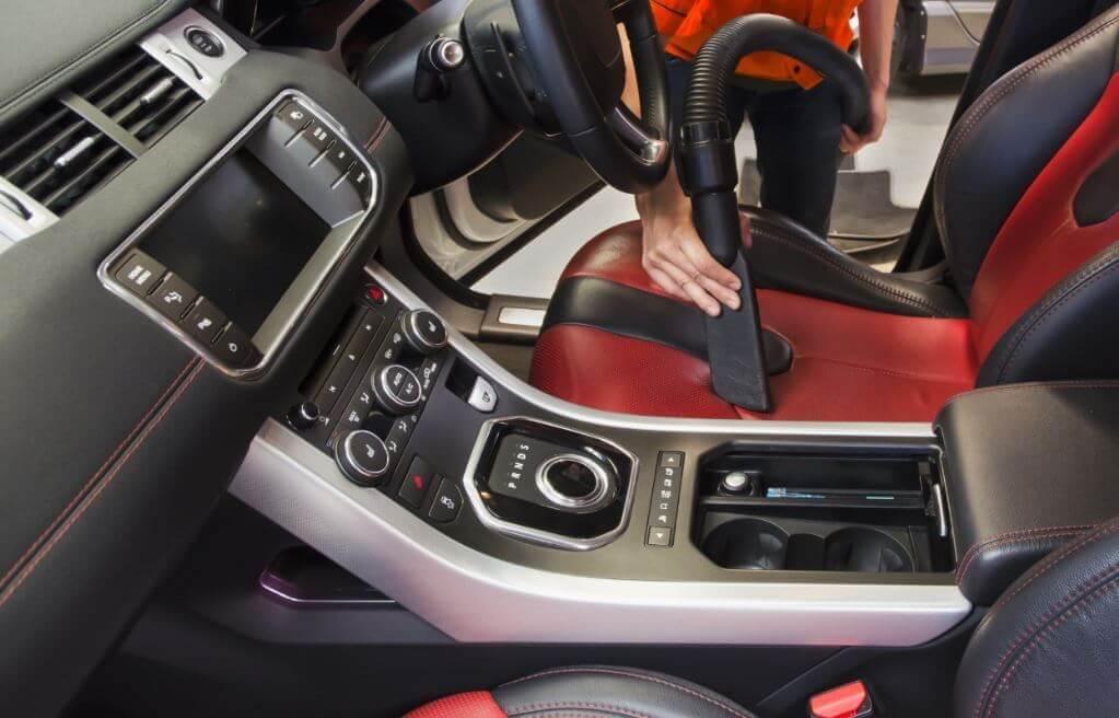 nettoyer sa voiture avec un aspirateur