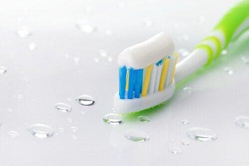 dentifrice pour nettoyer une table en verre