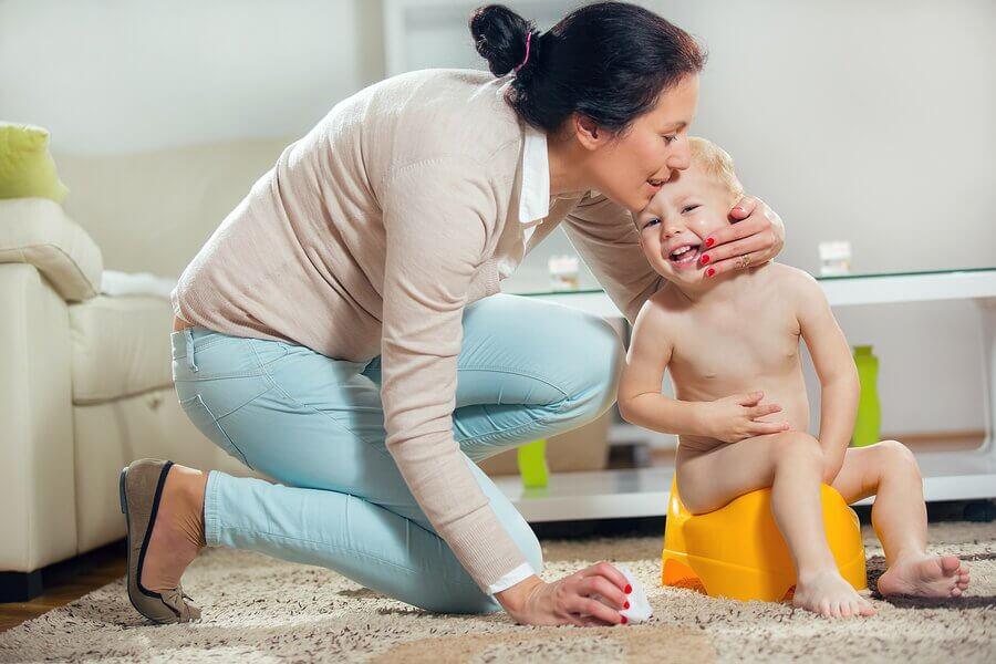mère et son enfant sur le pot