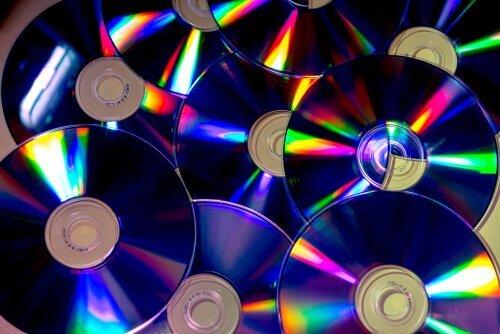 vases décorés avec des CD-ROM