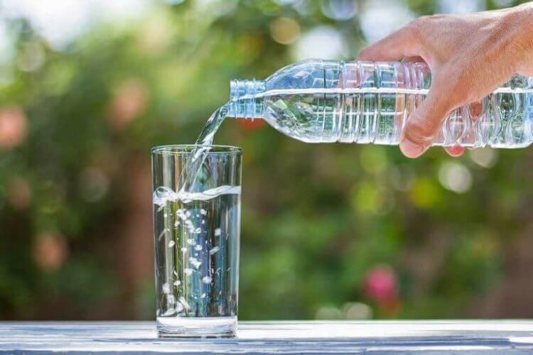 eau distillée pour nettoyer une table en verre