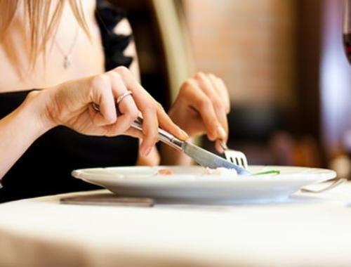 Une des stratégies psychologiques pouvant permettre de perdre du poids consiste à manger plus lentement