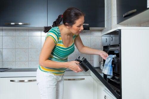 femme ayant préparé un soufflé au jambon et au fromage