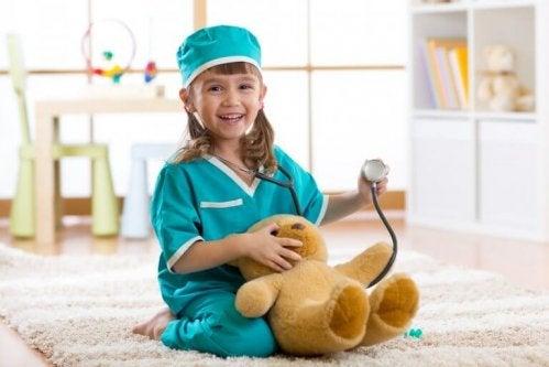 Petite fille reproduisant Docteur la Peluche
