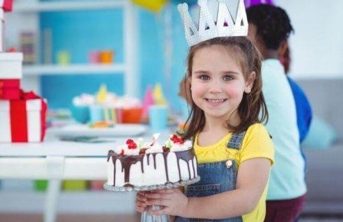 gâteau d'anniversaire d'une petite fille