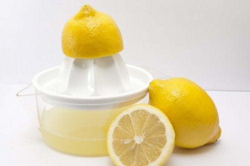 jus de citron pour nettoyer et désinfecter