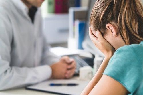 Une femme qui souffre d'une maladie mentale