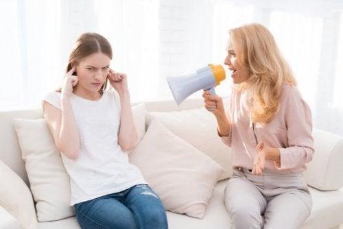 Crier sur les enfants a des conséquences sur le long terme