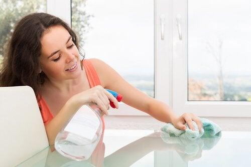 8 astuces pour nettoyer une table en verre