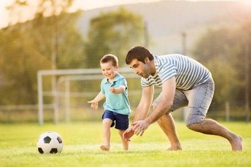 Un père et son fils jouant au football