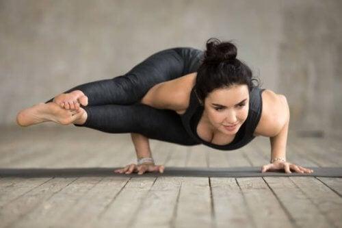 La posture des 8 angles figure parmi les postures de yoga rarement pratiquées
