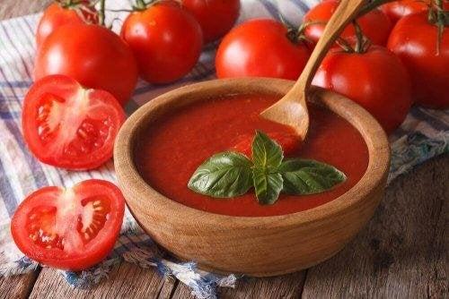 La sauce tomate fait partie de la recette de la pizza à la linguiça