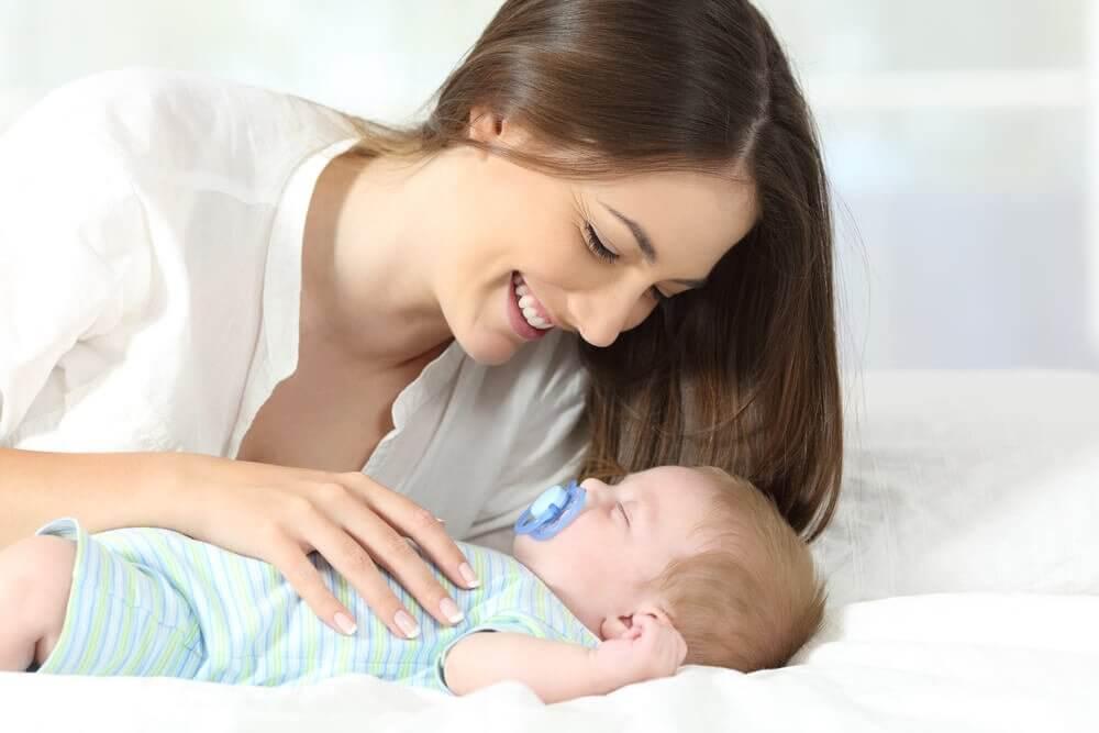 Une mère ayant pris son congé maternité